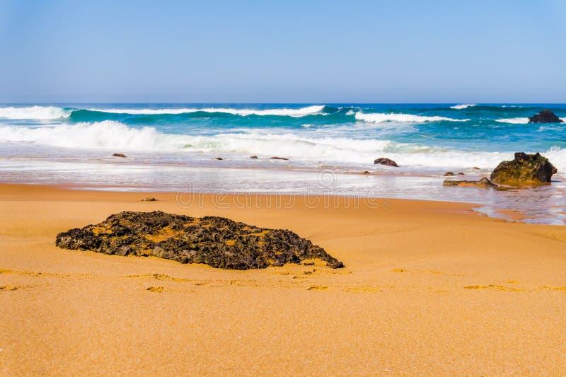 Τοπίο της αμμώδους παραλίας Adraga με τις πέτρες, ακτή της Πορτογαλίας το στοκ φωτογραφία με δικαίωμα ελεύθερης χρήσης