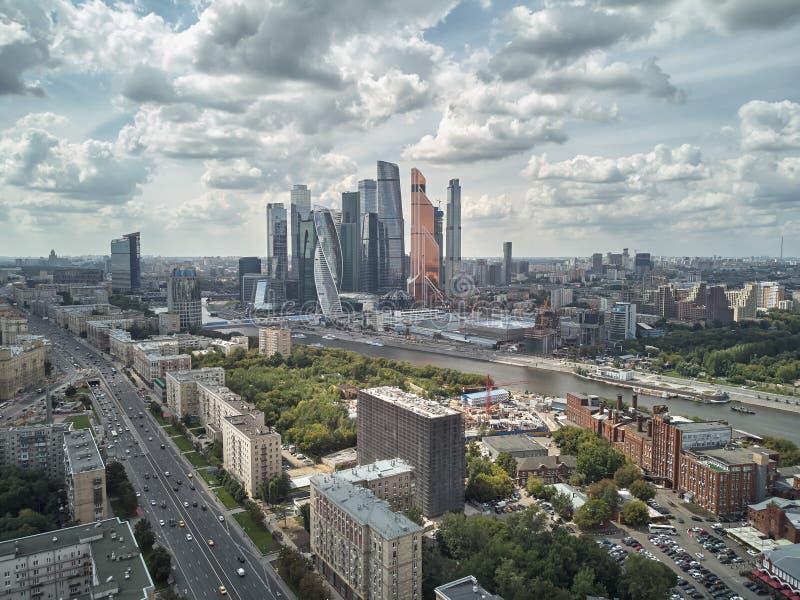 Τοπίο της αρχιτεκτονικής της Μόσχας που συνδυάζει τη σύγχρονη και παλαιά πόλη, Ρωσία Υπαίθριοι σύγχρονοι ουρανοξύστες πόλεων της  στοκ εικόνες