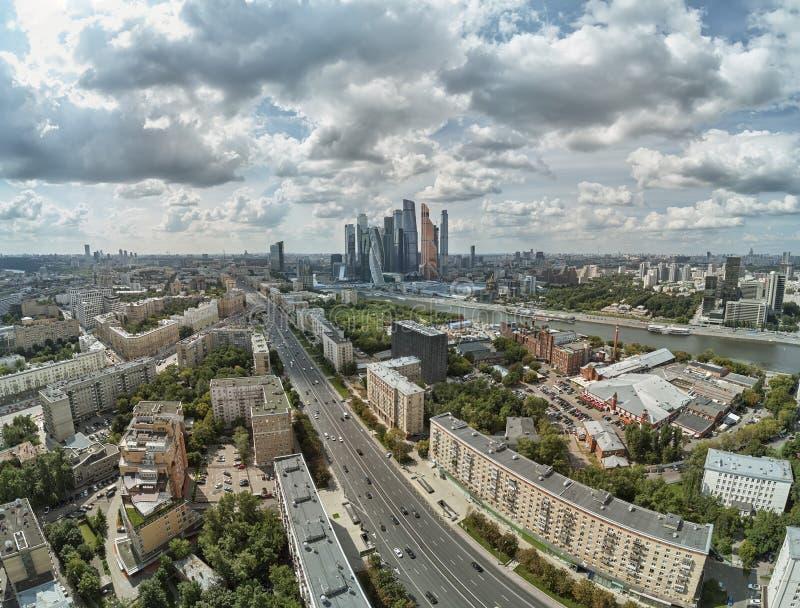 Τοπίο της αρχιτεκτονικής της Μόσχας που συνδυάζει τη σύγχρονη και παλαιά πόλη, Ρωσία Υπαίθριοι σύγχρονοι ουρανοξύστες πόλεων της  στοκ φωτογραφία με δικαίωμα ελεύθερης χρήσης