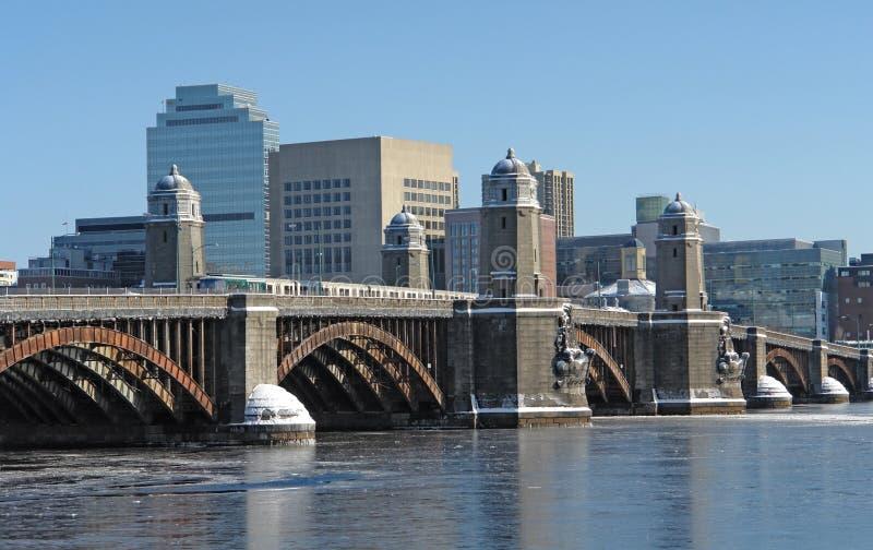Τοπίο της Βοστώνης με τη γέφυρα και τον ποταμό στοκ εικόνες