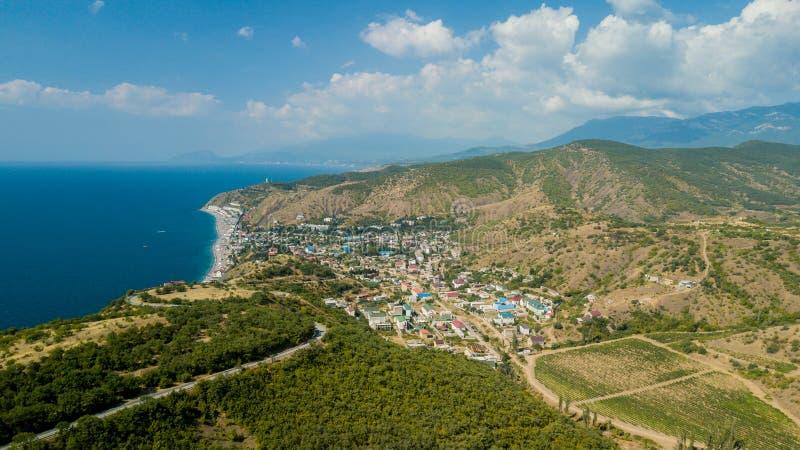 Τοπίο της Κριμαίας: εναέρια άποψη των αμπελώνων στα πεδινά του βουνού Της Κριμαίας αμπελώνες στοκ φωτογραφία
