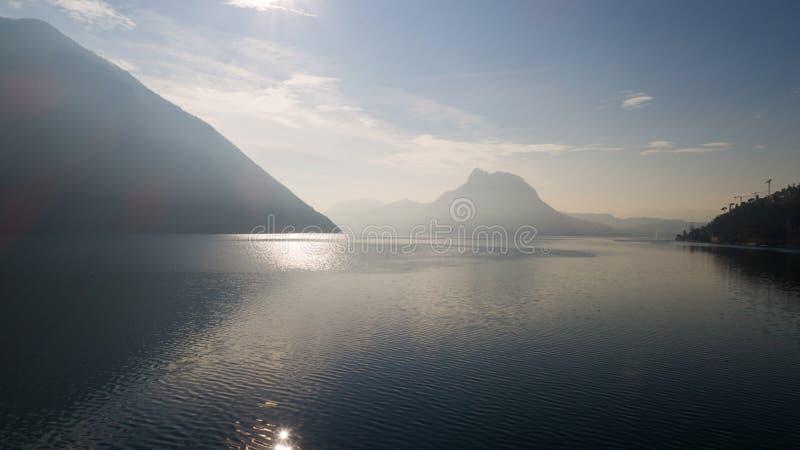 Τοπίο της λίμνης Λουγκάνο, ομίχλη στοκ εικόνες