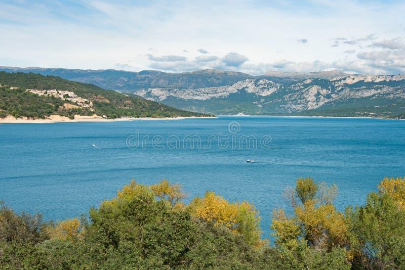 Τοπίο της λίμνης του ST Croix στη μέσα νοτιοανατολική Γαλλία στοκ φωτογραφία με δικαίωμα ελεύθερης χρήσης