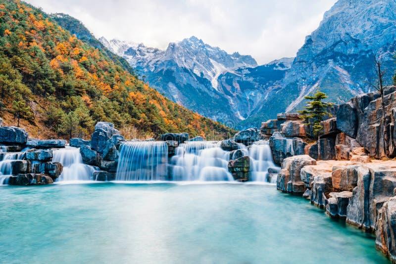 Τοπίο της μπλε κοιλάδας φεγγαριών στο βουνό χιονιού δράκων νεφριτών, Lijiang, Yunnan, Κίνα στοκ φωτογραφία με δικαίωμα ελεύθερης χρήσης