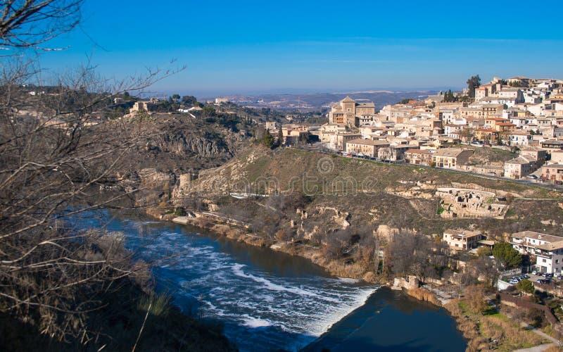 Τοπίο της Νίκαιας της πόλης του Τολέδο μια ηλιόλουστη ημέρα με το συμπαθητικό μπλε ουρανό στοκ εικόνα με δικαίωμα ελεύθερης χρήσης
