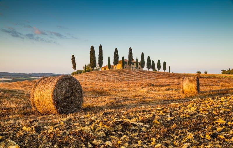 Τοπίο της Τοσκάνης με το αγροτικό σπίτι στο ηλιοβασίλεμα, d'Orcia Val, Ιταλία στοκ φωτογραφία με δικαίωμα ελεύθερης χρήσης