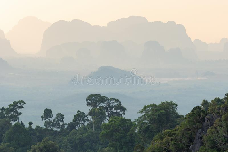 Τοπίο της τροπικής μουντής προοπτικής βουνών και των πράσινων δέντρων ζουγκλών στοκ εικόνες