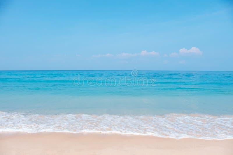 Τοπίο της τροπικής παραλίας το καλοκαίρι Αμμώδης παραλία με τα κύματα θάλασσας και το υπόβαθρο μπλε ουρανού στοκ εικόνα με δικαίωμα ελεύθερης χρήσης