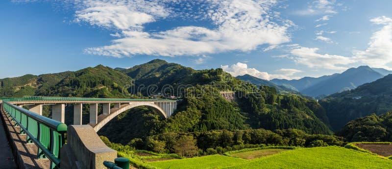 Τοπίο τομέων ρυζιού και γέφυρα αψίδων σε Takachiho, Μιγιαζάκι, Jap στοκ εικόνα