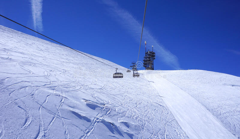 Τοπίο του ανασταλμένου τελεφερίκ σκι στα βουνά Titlis χιονιού στοκ φωτογραφία με δικαίωμα ελεύθερης χρήσης