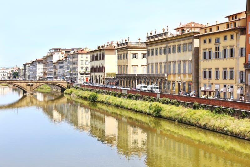 Τοπίο του ποταμού Arno στην πόλη Ιταλία της Φλωρεντίας ή Φλωρεντιών στοκ εικόνες