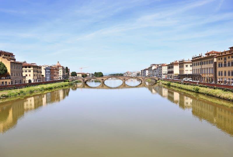 Τοπίο του ποταμού Arno στην πόλη Τοσκάνη Ιταλία της Φλωρεντίας ή Φλωρεντιών στοκ εικόνες