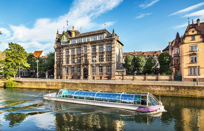 Τοπίο του Στρασβούργου με βάρκα για εκδρομές και όμορφα σπίτια στοκ εικόνες