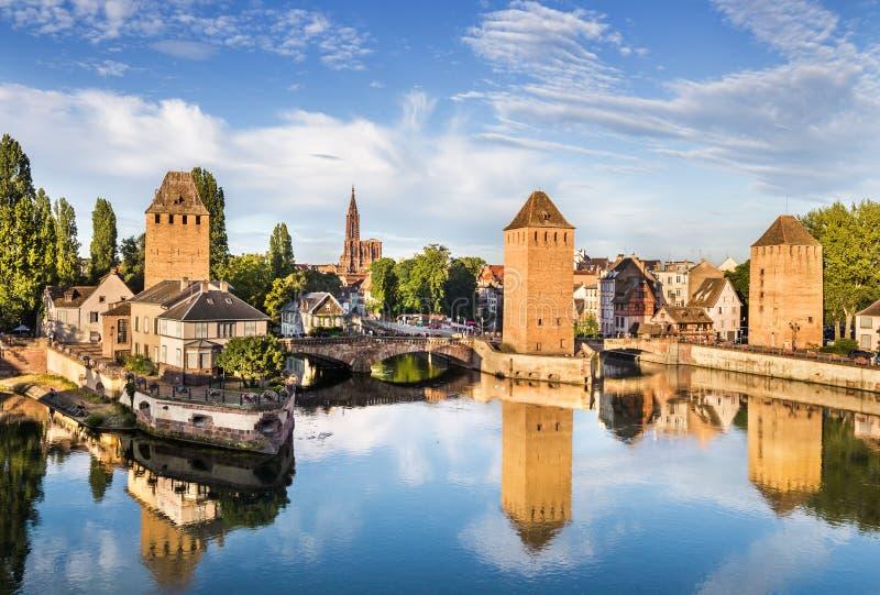 Τοπίο του Στρασβούργου με τα παλαιά κτίρια και τη γέφυρα Ponts Couverts στοκ φωτογραφίες με δικαίωμα ελεύθερης χρήσης