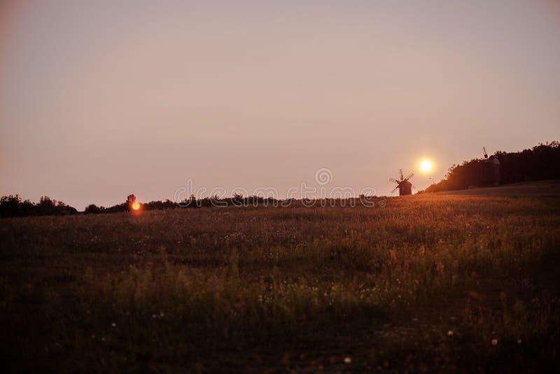 Τοπίο του τομέα στο ηλιοβασίλεμα στοκ φωτογραφία