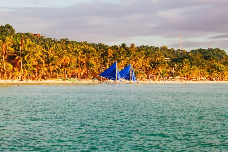 Τοπίο του τροπικού νησιού παραδείσου με τους φοίνικες και την άσπρη παραλία άμμου σημείο τουριστών στην Ασία Φιλιππίνες στοκ εικόνες