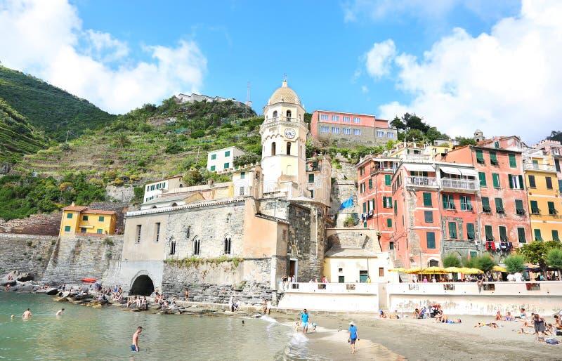 Τοπίο του χωριού Vernazza και Santa Margherita Di Antiochia Church - Cinque Terre Ιταλία στοκ φωτογραφίες με δικαίωμα ελεύθερης χρήσης