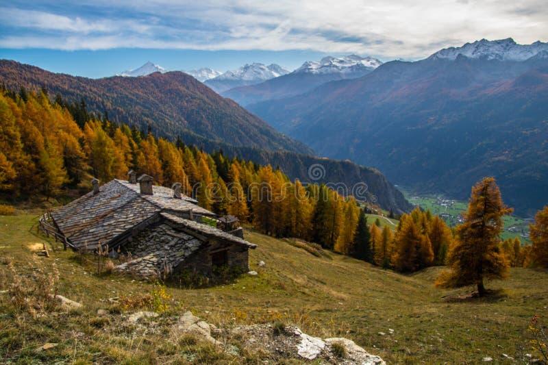 Τοπίο των ιταλικών Άλπεων το φθινόπωρο στοκ εικόνα