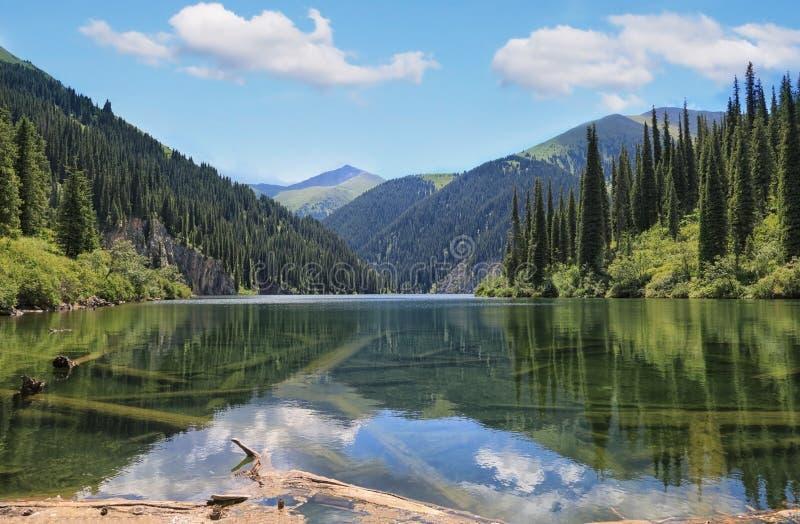 Τοπίο των λιμνών Kolsay στο Καζακστάν στοκ φωτογραφίες