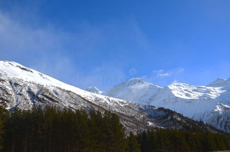 Τοπίο των όμορφων κλίσεων των βουνών Καύκασου στοκ φωτογραφία