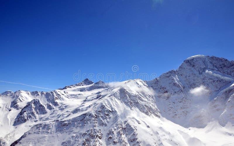 Τοπίο των όμορφων κλίσεων των βουνών Καύκασου στοκ φωτογραφίες