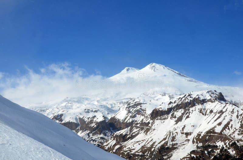 Τοπίο των όμορφων κλίσεων των βουνών Καύκασου στοκ εικόνα