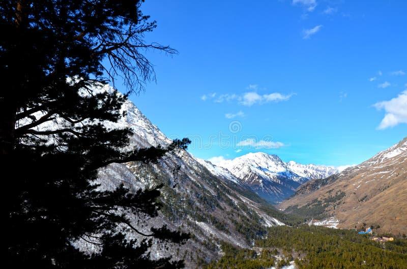 Τοπίο των όμορφων κλίσεων των βουνών Καύκασου στοκ εικόνες