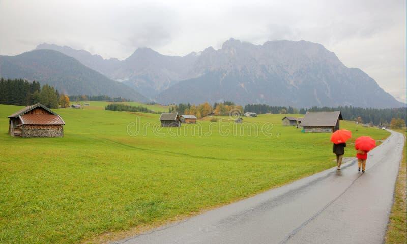 Τοπίο φθινοπώρου ενός καλλιεργήσιμου εδάφους αγροκτημάτων ένα ομιχλώδες πρωί κοντά σε Mittenwald στοκ εικόνες