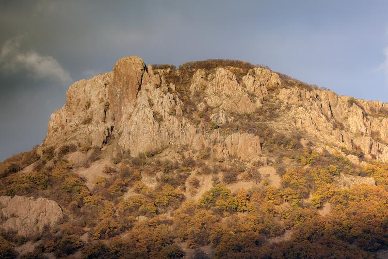Τοπίο φθινοπώρου Ζωηρόχρωμος λόφος από το βουνό Rhodope πέρα από το φράγμα Studen Kladenets, Βουλγαρία στοκ εικόνες