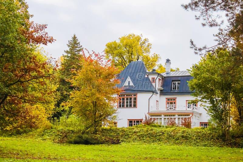 Τοπίο φθινοπώρου με ένα σπίτι στοκ φωτογραφίες