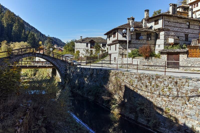 Τοπίο φθινοπώρου με τη ρωμαϊκή γέφυρα και παλαιά σπίτια στην πόλη Shiroka Laka, Βουλγαρία στοκ φωτογραφία