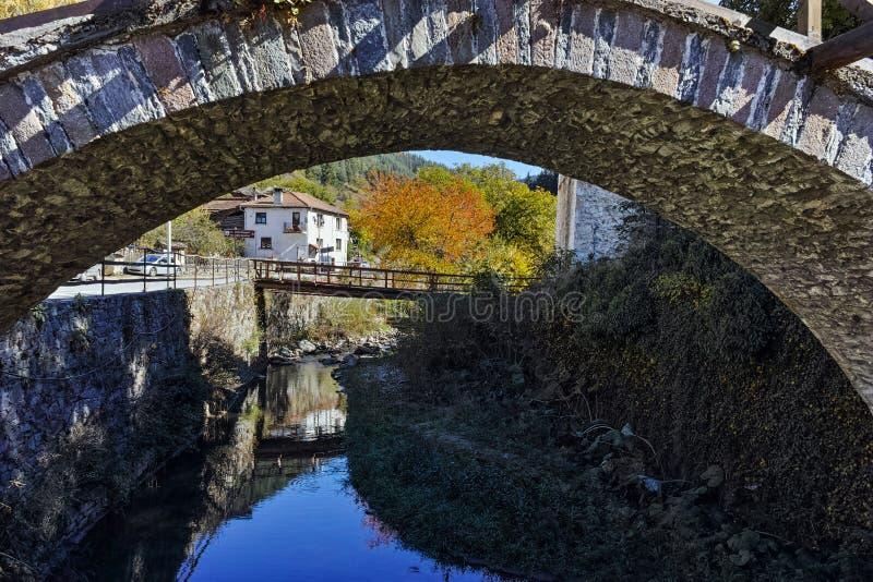 Τοπίο φθινοπώρου με τη ρωμαϊκή γέφυρα και παλαιά σπίτια στην πόλη Shiroka Laka, Βουλγαρία στοκ εικόνες με δικαίωμα ελεύθερης χρήσης