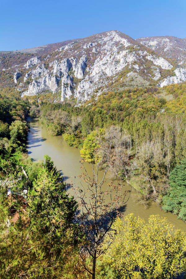 Τοπίο φθινοπώρου με τους βράχους και τον ποταμό άνωθεν στοκ εικόνες