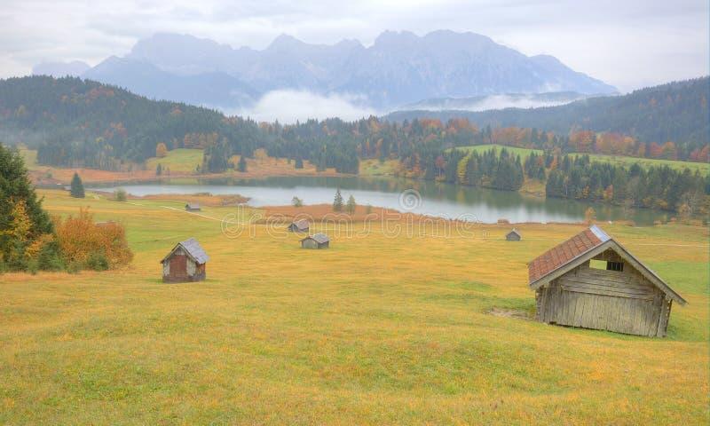Τοπίο φθινοπώρου της λίμνης Geroldsee ένα ομιχλώδες πρωί στοκ εικόνες