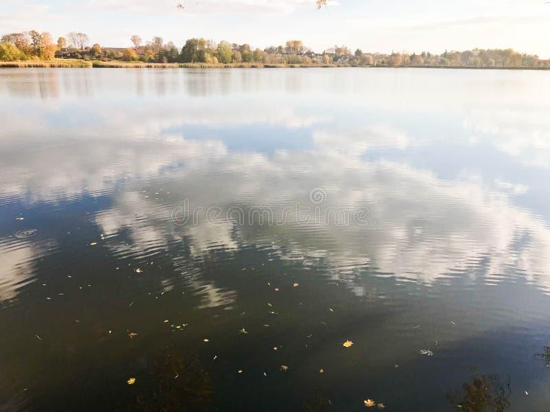 Τοπίο φθινοπώρου όμορφο με τα δέντρα και τα κίτρινα φύλλα στη λίμνη ενάντια στο μπλε ουρανό μια ηλιόλουστη ημέρα στοκ φωτογραφία με δικαίωμα ελεύθερης χρήσης