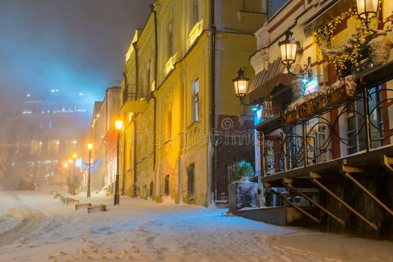Τοπίο χειμερινής νύχτας, που εξισώνει στη χιονώδη οδό νύχτας κάτω από τις χιονοπτώσεις στοκ εικόνες με δικαίωμα ελεύθερης χρήσης