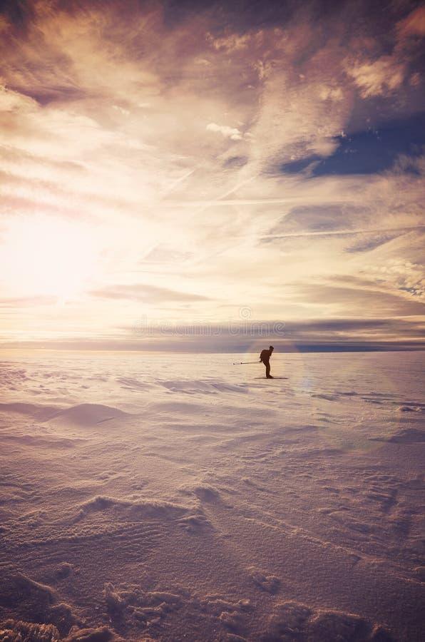 Τοπίο χειμερινών βουνών με τον ανώμαλο σκιέρ στο ηλιοβασίλεμα στοκ φωτογραφία με δικαίωμα ελεύθερης χρήσης