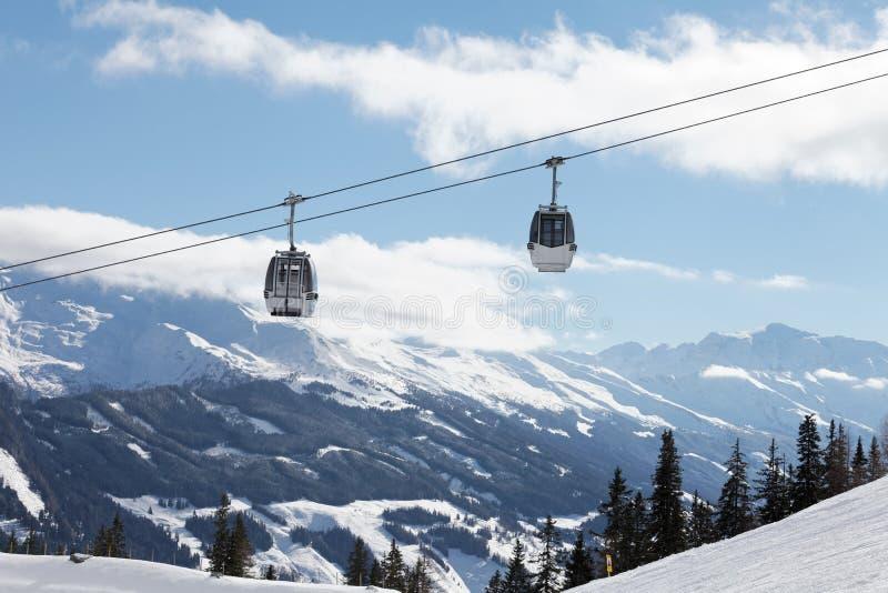 Τοπίο χειμερινών βουνών με το τελεφερίκ στοκ εικόνες