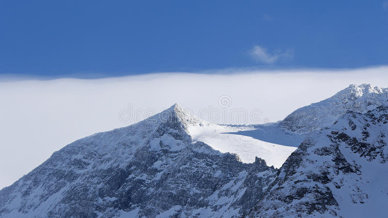 Τοπίο χειμερινών υψηλών βουνών στοκ εικόνες