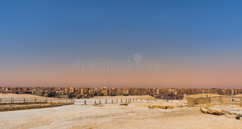Τοπίο Giza Κάιρο πόλεων με τις πυραμίδες οροπέδιων στοκ εικόνες