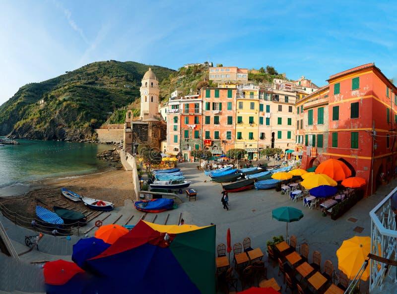 Τοπίο Vernazza, ένα χωριό παραλιών σε Cinque Terre, Ιταλία, με τα σπίτια που χρωματίζονται στα φωτεινά χρώματα στοκ φωτογραφία