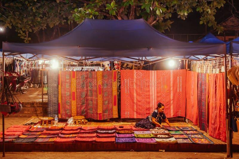 Τοπικά καταστήματα υφασμάτων στην αγορά νύχτας Luang Prabang - Λάος στοκ εικόνα