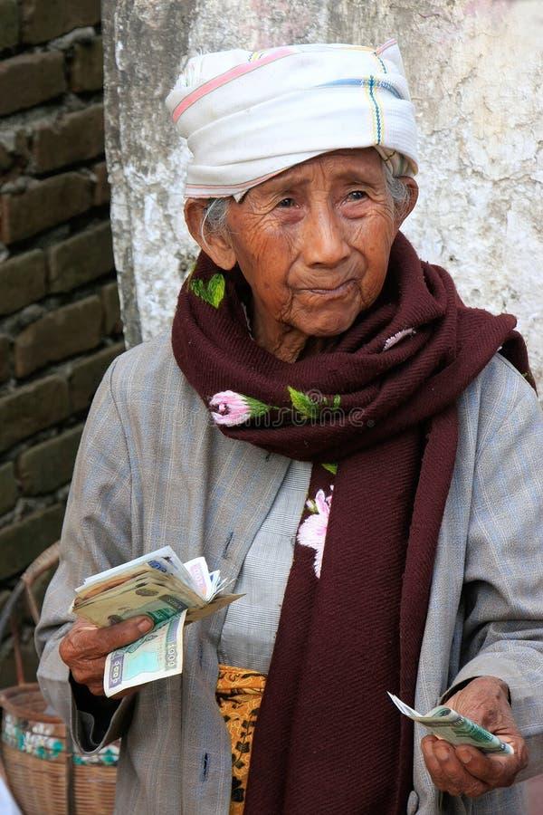 Τοπικά μετρώντας χρήματα γυναικών στην οδό, Mingun, Mandalay Regio στοκ φωτογραφίες με δικαίωμα ελεύθερης χρήσης
