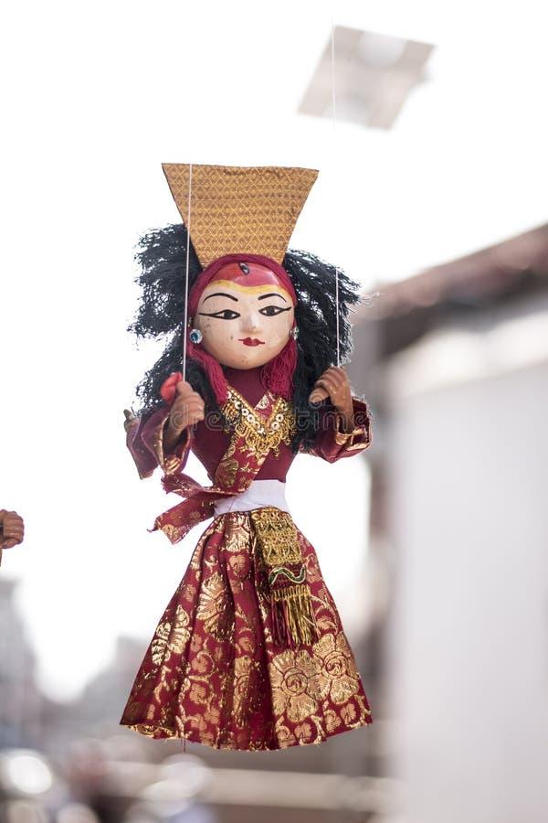 Τοπικά τέχνες και αναμνηστικό των παραδοσιακών μαριονετών που κρεμούν για την πώληση στοκ φωτογραφία