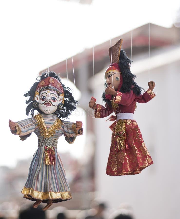Τοπικά τέχνες και αναμνηστικό των παραδοσιακών μαριονετών που κρεμούν για την πώληση στοκ φωτογραφίες με δικαίωμα ελεύθερης χρήσης