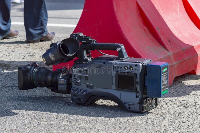 Τοπικά τηλεοπτικά επαγγελματικά βιντεοκάμερα είναι στο πεζοδρόμιο μεταξύ των εκθέσεων r στοκ εικόνες