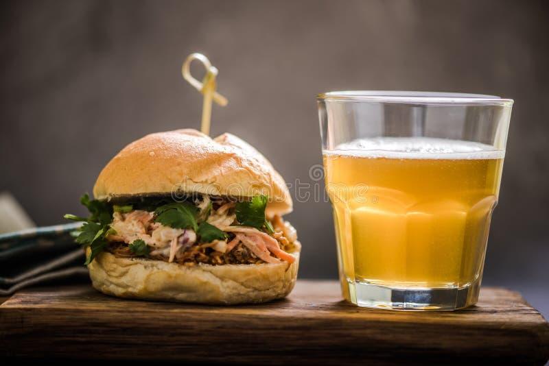 τοπικά gastro τρόφιμα μπαρ, τργμένο κουλούρι χοιρινού κρέατος στοκ εικόνα