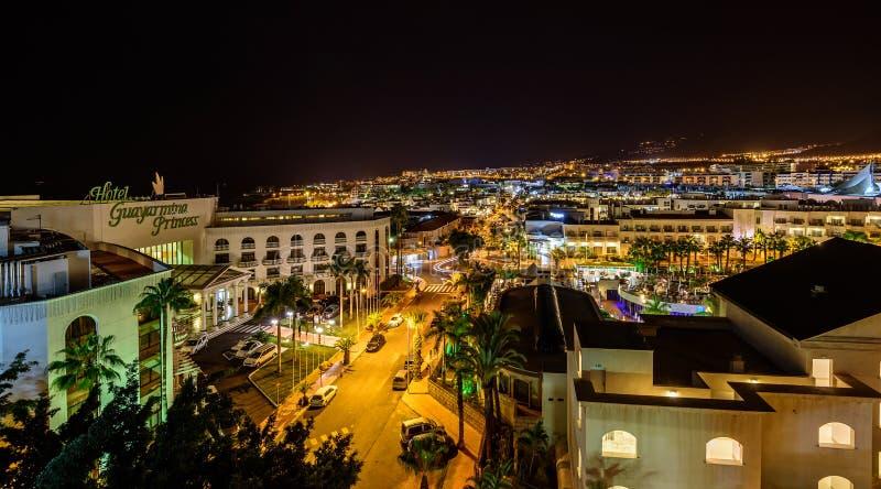 Τοπική άποψη νύχτας σχετικά με την πόλη Adeje της κωμόπολης Tenerife στο νησί στοκ φωτογραφία με δικαίωμα ελεύθερης χρήσης