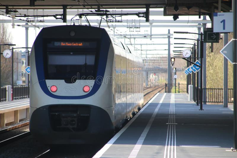 Τοπική αμαξοστοιχία περιφερειακού σιδηροδρόμου SLT κατά μήκος της πλατφόρμας στον ολοκαίνουργιο σταθμό τρένου zoetermeer-Lansinge στοκ εικόνες