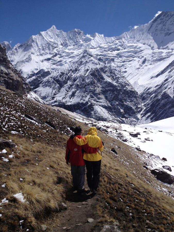 Τοπική βοήθεια οδηγών trekker κατά τη διάρκεια να πραγματοποιήσει οδοιπορικό σε Annapurna στοκ εικόνες